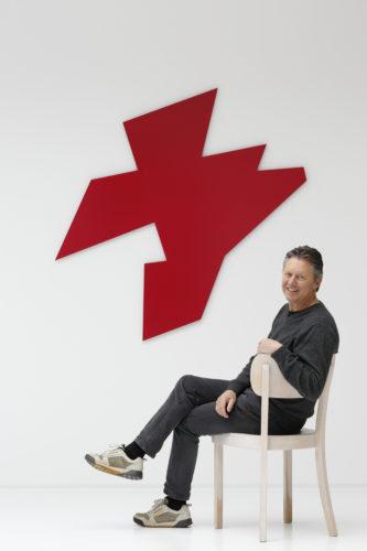 """Norbert Thomas vor seinem Werk """"Außenform Rot"""", 2013, Lack auf Aluminium © Jack Kulcke, Düsseldorf"""